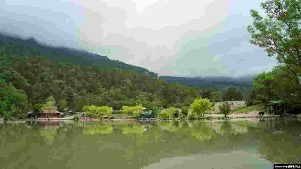 Василівське озеро наповнилося до країв. Водойма уже приблизно двадцяти років – у приватній власності. Як виглядає Уч-Кош і неприборкана Гува в ньому вже після руйнівної стихії – у фоторепортажі Крим.Реаліії