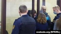 Уладзімер Кніга (справа ў клетцы) і Яўген Разьнічэнка (пасярэдзіне) ў судзе 8 лютага