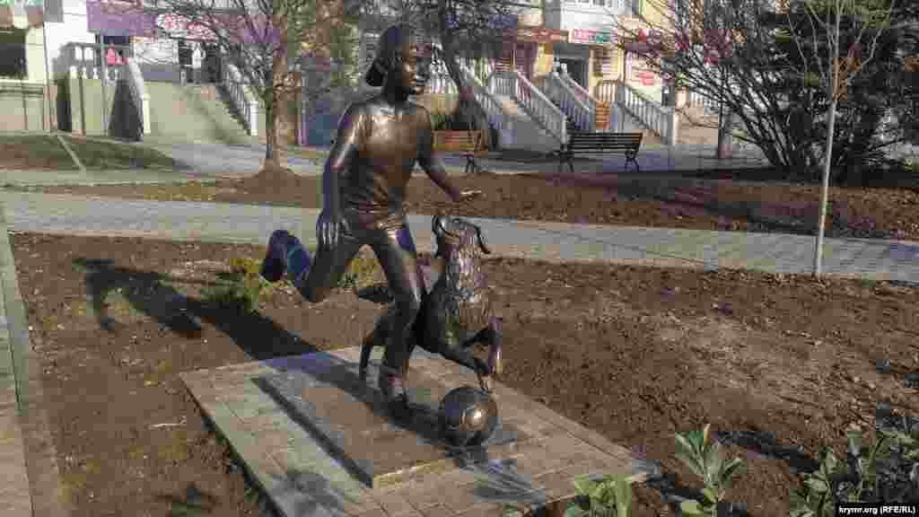 Скульптура «Хлопчик із собакою та м'ячем» – за секунду до удару