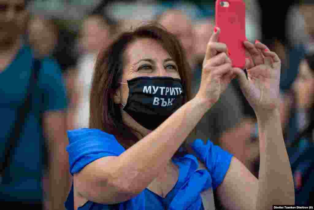 Незадоволните луѓе користат и маски со пароли наместо постери.