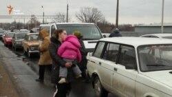 Українці чекають 5-8 годин під Донецьком, щоб потрапити на українську територію (відео)