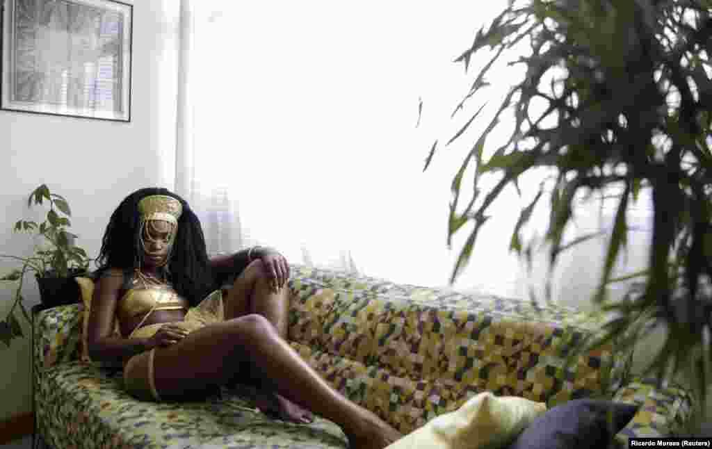 32-річна акторка Дандара Мачадо Абреу вимушено залишилася вдома через коронавірусні обмеження, але все одно вирішила продемонструвати свій карнавальний костюм. «Насправді я не прийняла те, що у нас ще не буде карнавалу, я думаю, це так сумно. А пандемія, через яку скасували Карнавал, засмучує мене ще більше», – сказала кореспонденту Reuters акторка