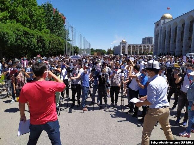 Участники акции #Rеакция 3.0. Бишкек, 29 июня 2020 года.