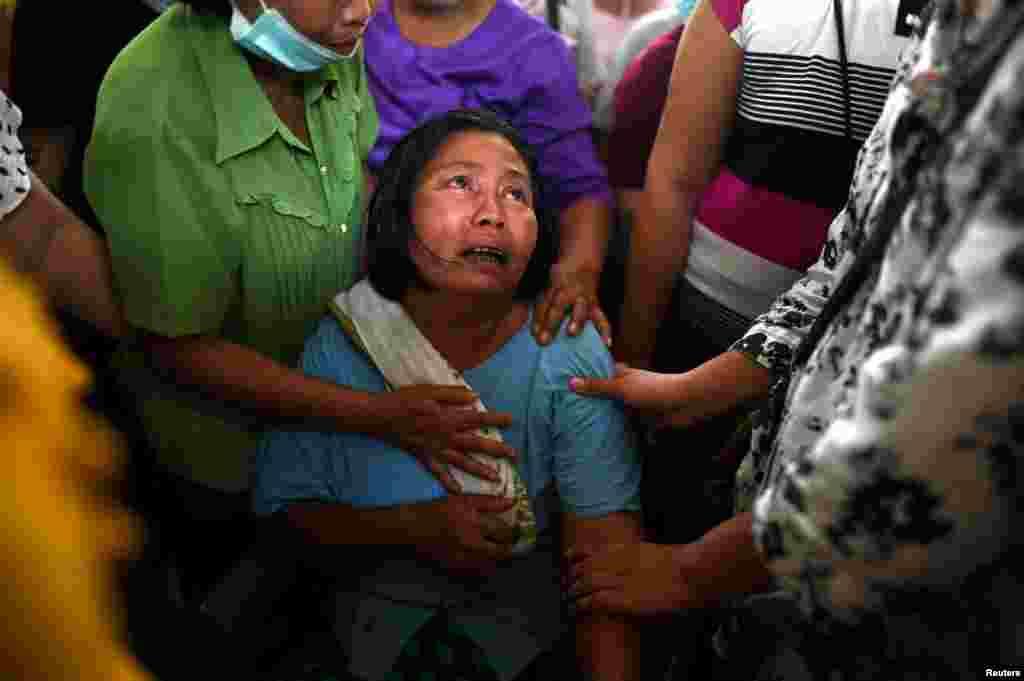 Родичі сумують за Мін Хант Сое, який був застрелений під час розгону демонстрантів представниками сил безпеки в Янгоні, М'янма, 15 березня 2021 року
