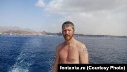 Максим Колганов на березі Середземного моря в Латакії