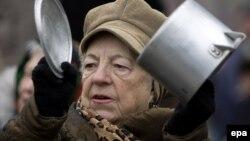 La un protest al pensionarilor în faţa guvernului, februarie 2010