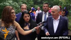 Армения - Спикер парламента Армении Галуст Саакян отвечает на вопрос корреспондента Радио Азатутюн, Цахкадзор, 25 августа 2016 г.