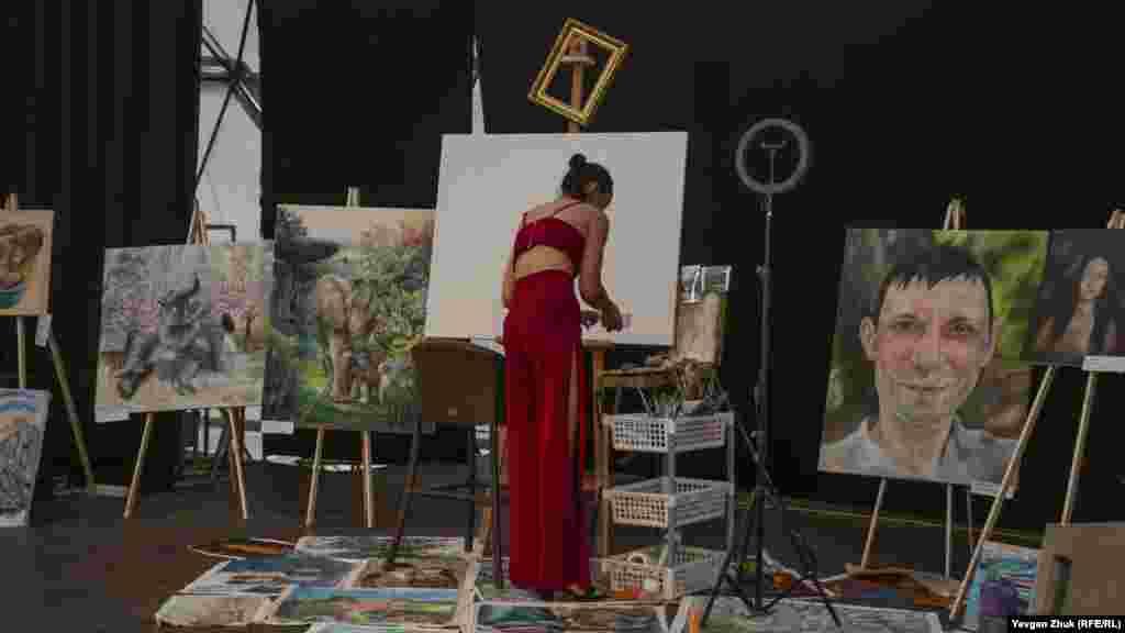 Творець і організатор демонстрації майстерень художників, художник-живописець Олена Григоренко готується до початку роботи