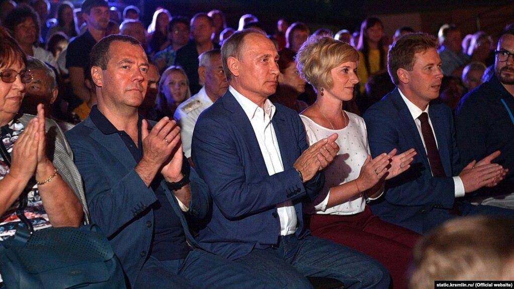 Дмитро Медведєв (л) і Володимир Путін в окупованому Севастополі, серпень 2017 року