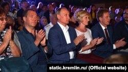 Дмитрий Медведев, Владимир Путин и Дмитрий Овсянников на фестивале «Опера в Херсонесе». Севастополь, август 2017 года