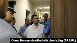 Підозрюваного Богдана Тицького заводять до зали суду. Київ, 3 вересня 2015 року