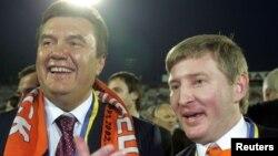 Украиналық олигарх Ринат Ахметов (оң жақта) елдің сол кездегі премьер-министрі Виктор Януковичпен бірге тұр. 2006 жыл.