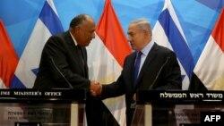 بنیامین نتانیاهو در کنار وزیر خارجه مصر