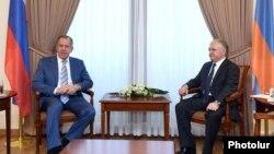 Сергей Лавров (слева) и Эдвард Налбандян, Ереван, 4 июля 2016 г․