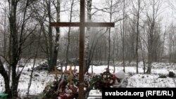 На місці катастрофи під Смоленськом, архівне фото. Великий хрест поставили на місці, де знайшли тіло Леха Качинського