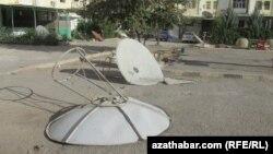 Sökülip aýrylan çanak antenna.