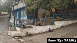 Детская площадка возле магазина