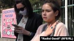 Парвин Джахонгири (справа) говорит, что предала свою историю огласке, чтобы молодые женщины не боялись и не молчали о насилии или домогательствах на рабочем месте.
