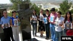 Bir qrup media işçisi Elmar Hüseynovun məzarı yaxınlığında Jurnalistlərin Beynəlxalq Həmrəylik Gününü qeyd edirlər, 8 sentyabr 2008