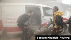 Ekipet e mbrojtjes civile duke e ndihmuar një të plagosur nga sulmet ajrore në rajonin Ghouta në pjesën lindore të Sirisë