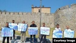 Флэшь-моб в честь дня рождения арестованного Расула Джафарова, которому исполнилось 30 лет. Шеки, 17.08.14