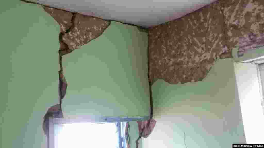 Чоң-Алайдын жер титирөөдөн жабыркаган айылдарында окуучулар үчүн чатыр мектептер уюштурулат.