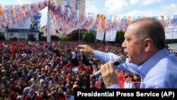 Реџеп Тајип Ердоган држи говор на еден од неговите предизборни митинзи