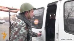 Ինքնաձիգով զինված ոստիկանները խուզարկում են անգամ երթուղայինները
