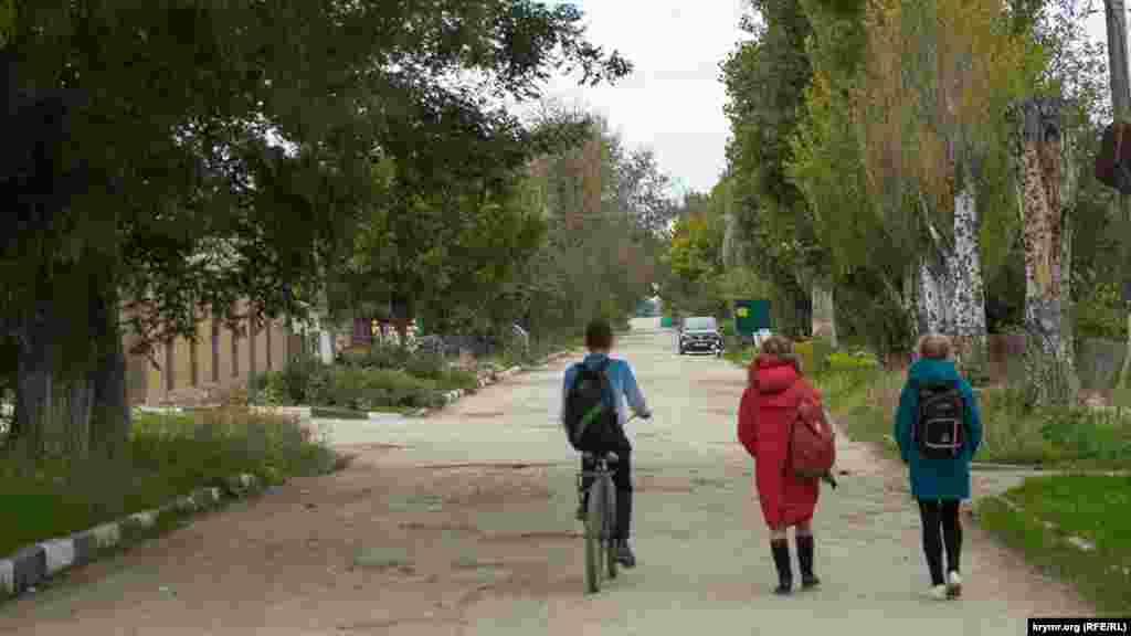Дети идут по улице Гагарина, которая ведет к единственной в селе площади имени Михаила Дорохина. Дорохин был директором здешнего племенного птицеводческого завода имени Фрунзе в 1964-1995 годах
