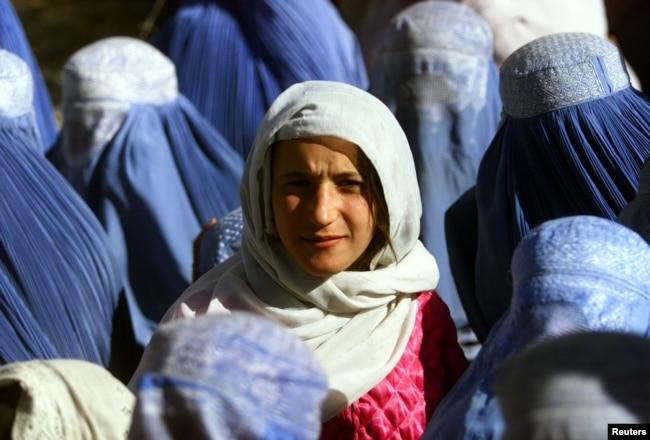 Afganistanka pokazuje lice po prvi put u javnosti nakon pet godina života pod talibanskom vlašću, 14. novembar 2001.