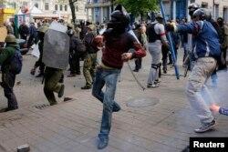 Проросійський активіст кидає каміння у прихильників єдиної України, Одеса, 2 травня 2014 року