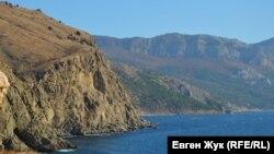 Вид из крепости Чембало на мыс Айя (вдалеке) и гору Спилия (на переднем плане)