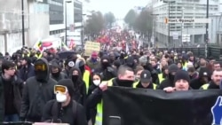 За балаклаву – до в'язниці. У Франції посилюють закон, щоб приборкати протести – відео
