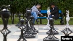 Астанадағы саябақтардың бірінде шахмат ойнап отырған ер адамдар. (Көрнекі сурет)