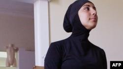 Модель демонстрирует мусульманский спортивный костюм для плавания. Иллюстративное фото.