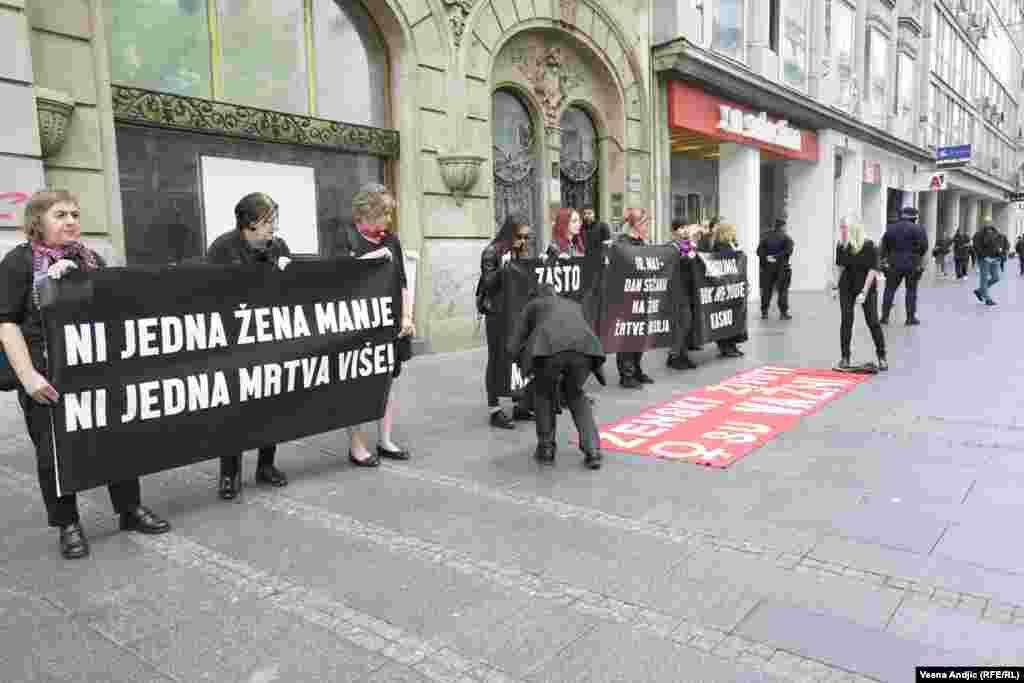 """""""U Srbiji je u proteklih 10 godina, do danas, najmanje 340 žena namerno ubijeno od strane partnera ili člana porodice, ljudi (ili muškaraca) kojima su verovale i koji su im govorili da ih vole. Više od četvrtine žena pozivalo je u pomoć institucije, ali njihovi životi nisu spašeni"""", kažu iz Autonomnog ženskog centra."""