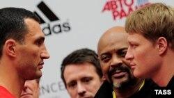 Vladimir Klitschko (majtas) dhe Alexander Povetkin (krejtësisht djathtas) gjatë matjes zyrtare para duelit të tyre në Moskë