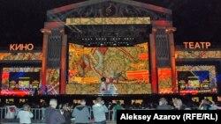 «Алма-Ата — моя первая любовь» ретрофестивалінің сахнасы. Алматы, 6 қыркүйек 2014 жыл.