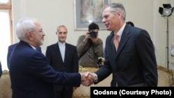 رابرت مکایر (راست) هنگام ارائه استوارنامهاش به وزیر خارجه جمهوری اسلامی؛ خرداد ۱۳۹۷