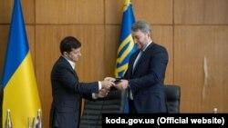 Президент України Володимир Зеленський (л) вітає Михайла Бно-Айріяна з призначенням на посаду, Київ, 12 липня 2019 року