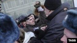 Во время драки между сторонниками и противниками закона о пропаганде гомосексуализма у здания Государственной думы