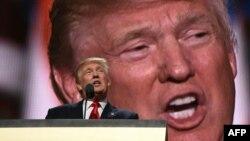 Дональд Трамп Республикачилар партияси қурултойида нутқ сўзламоқда, Кливленд, 2016 йил 21 июли.