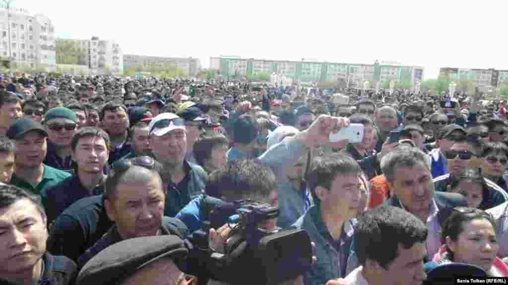Длившийся несколько часов массовый митинг мирно завершился после того, как собравшиеся согласились дать время акиму области донести их требования до Астаны - внести изменения в земельный кодекс. Им обещали дать ответ 21 мая.