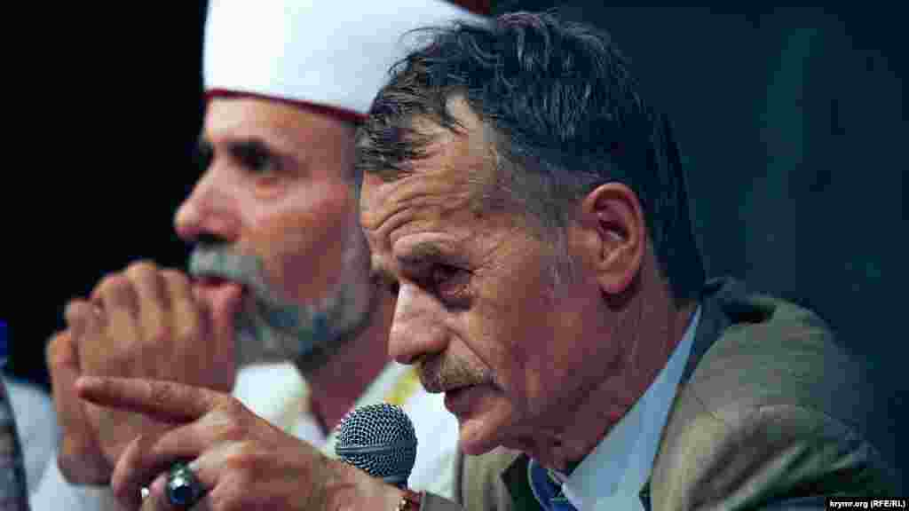 Mustafa Cemilev Qırımtatar Milliy Qurultayında çıqış yapa, 2001 senesi yanvarniñ 10-u