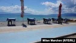 14.15 часа следобяд в петък - масите на крайбрежно гръцко ресторантче са на два метра една от друга в очакване на туристи
