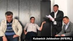 Уран Ботобеков (оңдо) жана анын сотуна катышуу үчүн келгендер