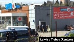 Полиция возле супермаркета в Треби, где неизвестный захватил заложников, Франция, 23 марта 2018 года