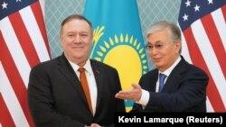 Госсекретарь США Майк Помпео (слева) и президент Казахстана Касым-Жомарт Токаев. Нур-Султан, 2 февраля 2020 года.