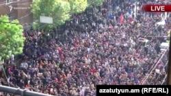 Ցուցարարները Շենգավիթի ոստիկանատան մոտից ուղղվում են դեպի Հանրապետության հրապարակ, Երևան, 22-ը ապրիլի, 2018թ․