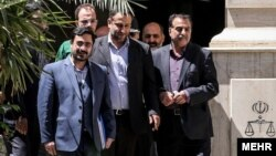 سعید مرتضوی پس از حضور در یکی از جلسات دادگاه به عنوان متهم، در کنار محافظان خود، ۲۰۱۵